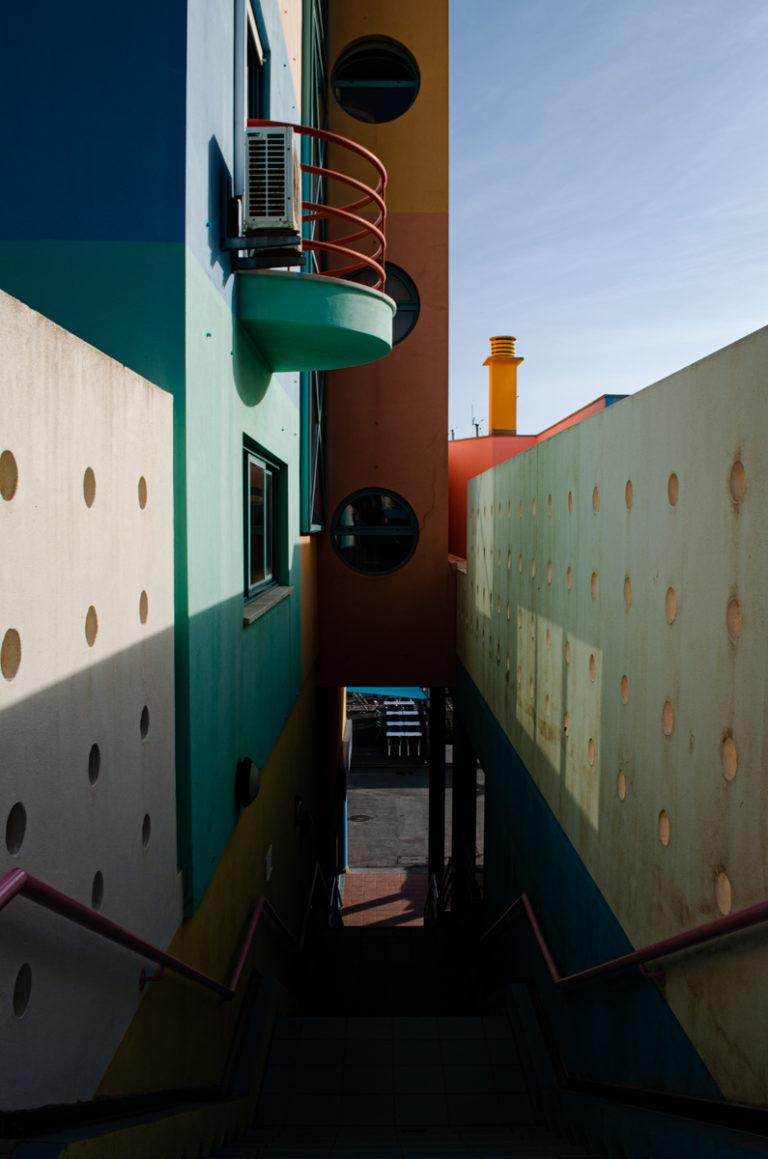 Escalier et appartement coloré