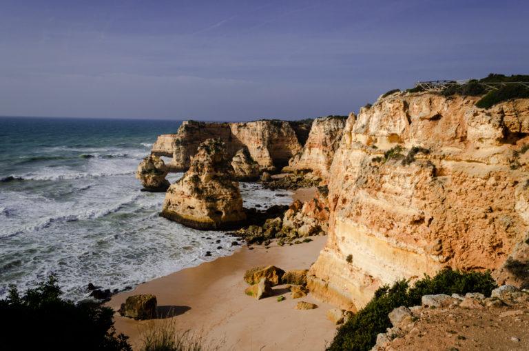 Plage et roches jaunes près d'Albufeira