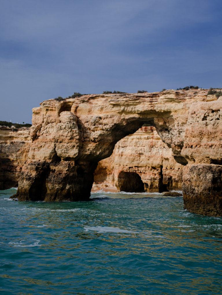 Arche rocheuse naturelle sur une plage de Faro