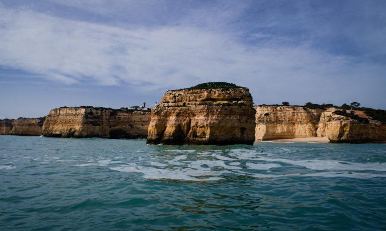 Roche au milieu de l'eau sur une plage à Faro