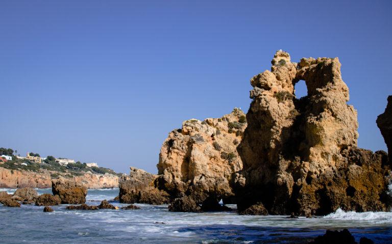 Plage et roches à Faro