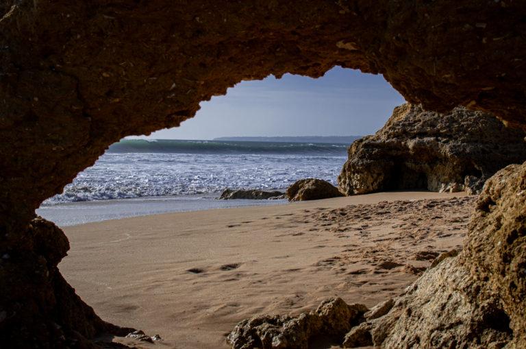 Plage près de Faro, vu depuis l'intérieur d'une roche