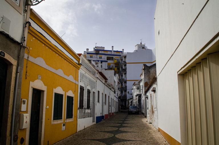 Rue jaune et blanche à Lagos