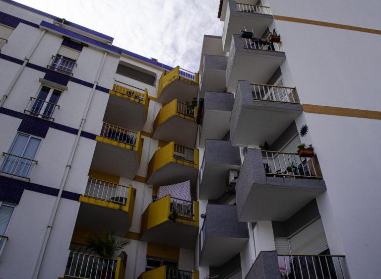 Contre plongée sur des appartements de Lagos