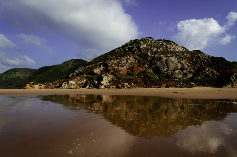 Coline et son reflet dans l'eau près de Sagres