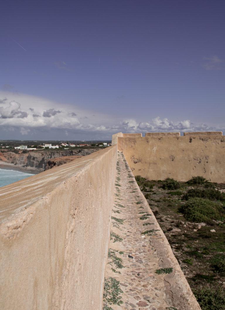 Vue géométrique des remparts de Sagres