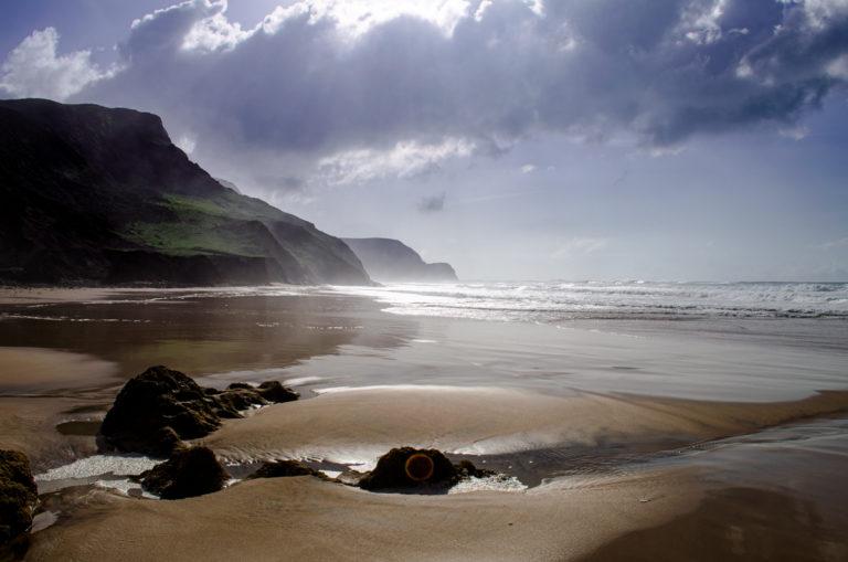 Reflet du soleil dans l'eau en bord de plage