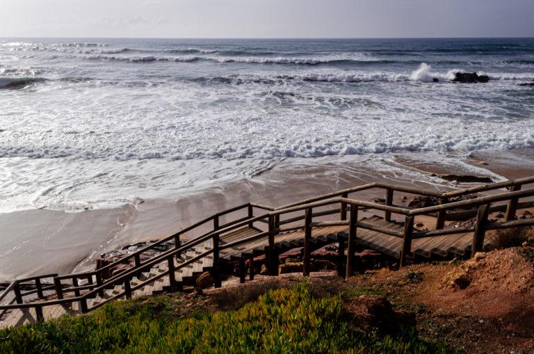 Escalier qui descend à la plage