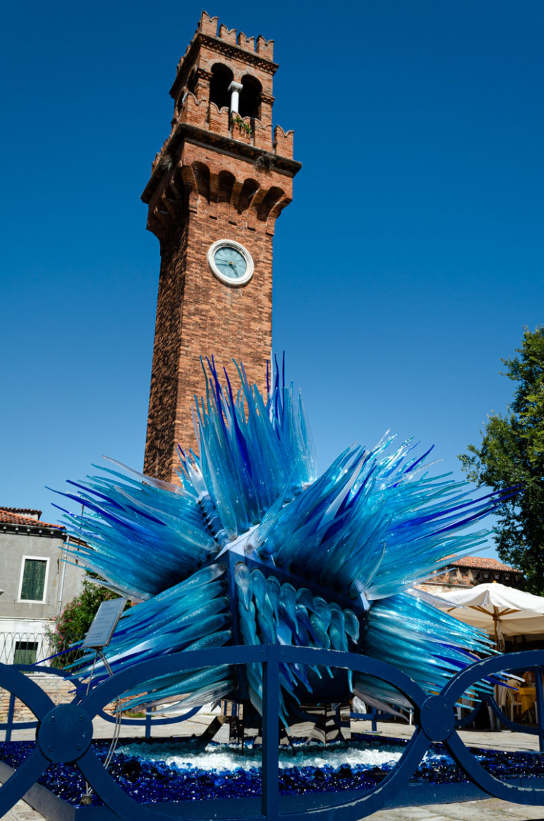 Sculpture en verre devant clocher à Murano