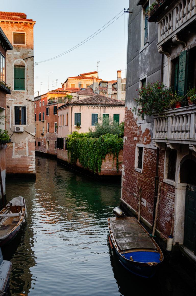 rue vénitienne avec eau et barque