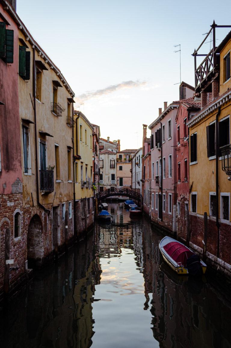 canal dans Venise, rue sur l'eau