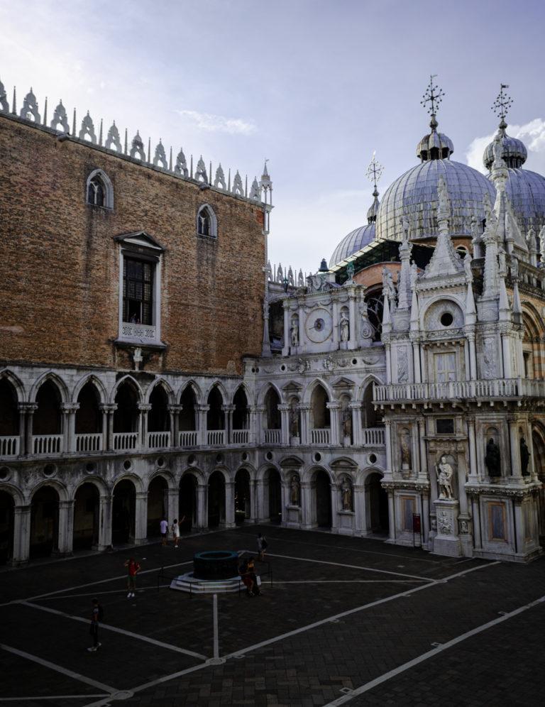 Angle intérieur du Palais des Doges et coupole de la basilique St Marc