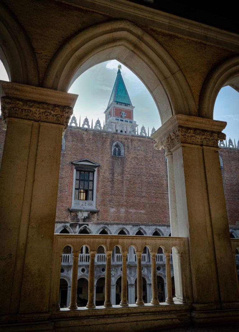 Palais des Doges vue depuis un balcon sur une façade
