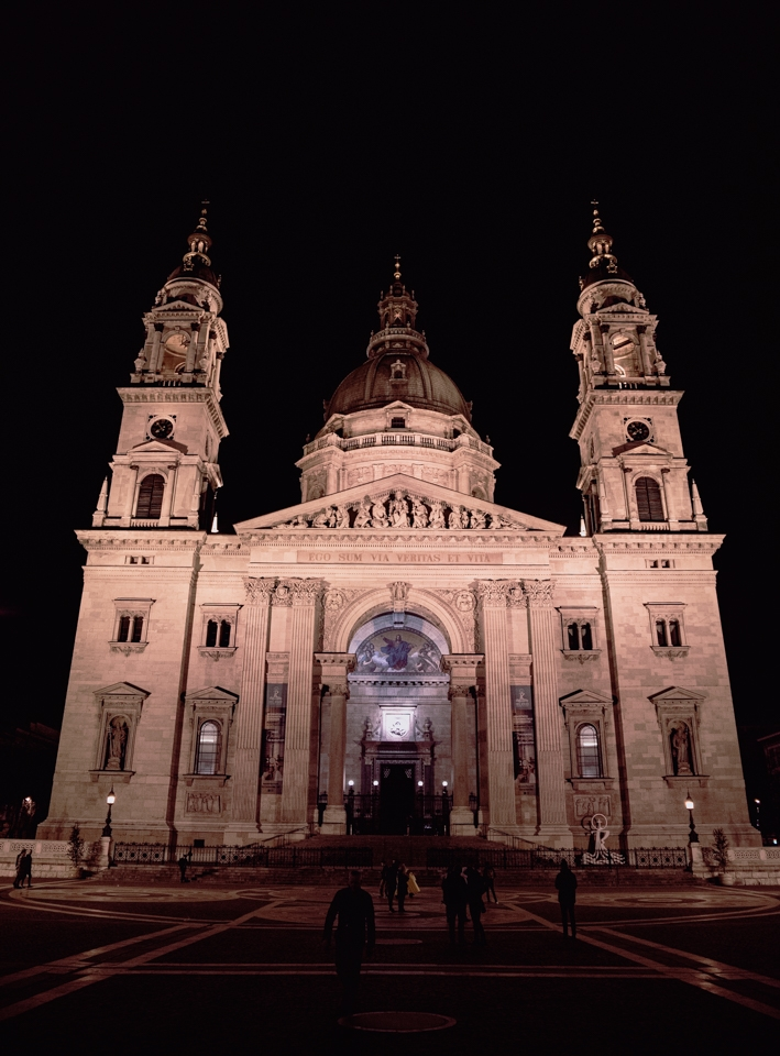 Budapest façade basilique de nuit