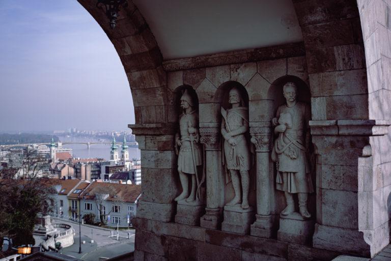budapest statues dans une arche
