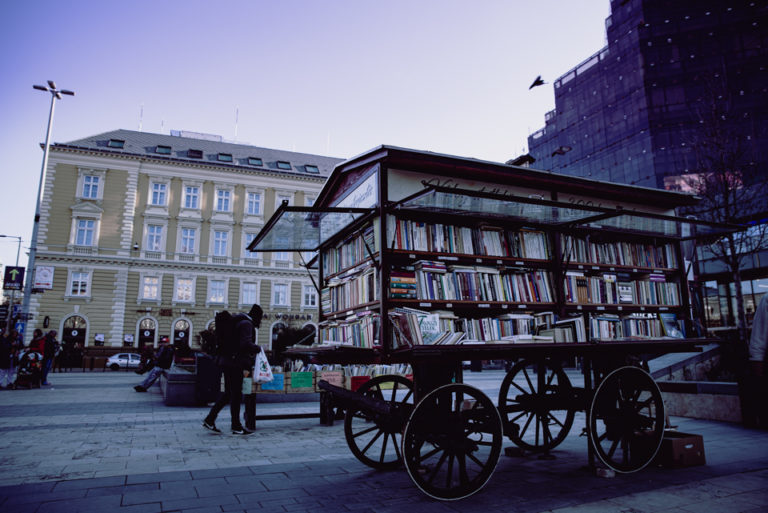 budapest charette de livres dans la rue
