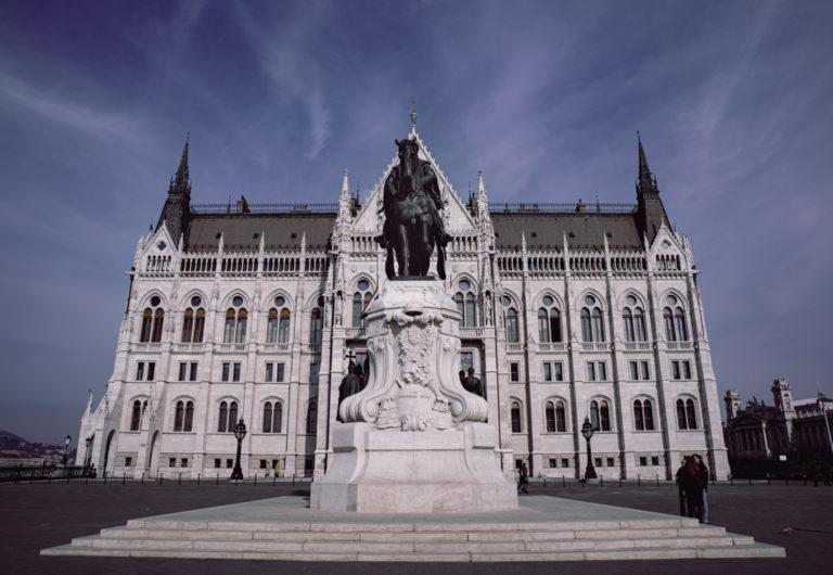 Façade du parlement hongrois et statue