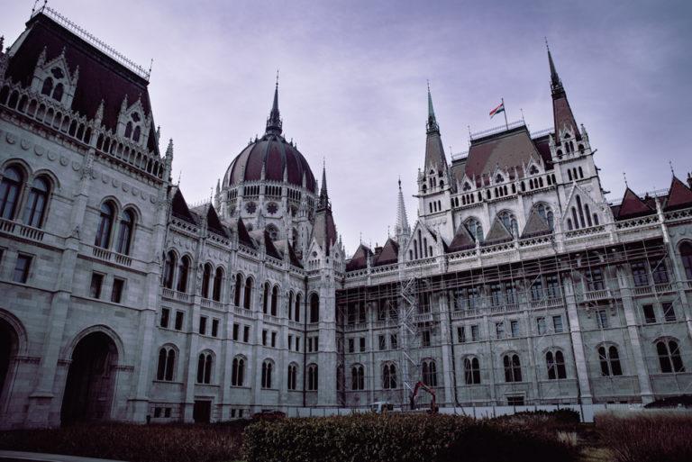 Vue d'angle du parlement hongrois