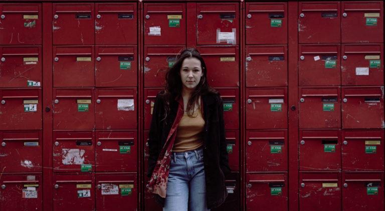 portrait femme devant boîtes aux lettres