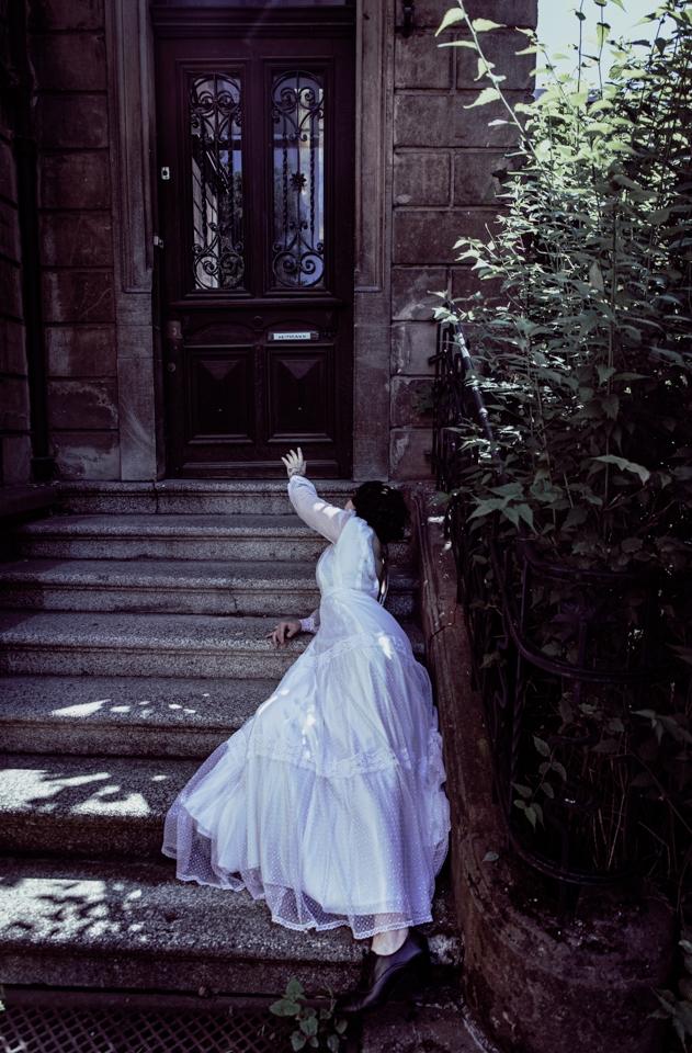 portrait femme sur un escalier désespérée