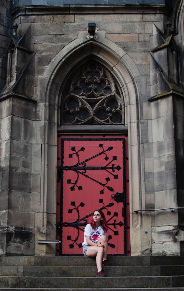 portrait femme devant porte d'église