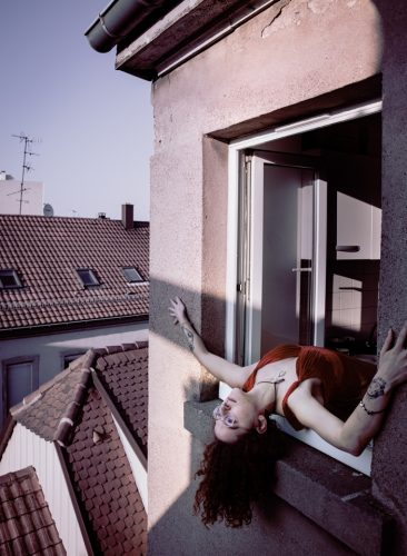 femme sortant d'une fenêtre